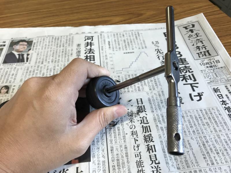 タイヤの穴をリーマーで広げる様子の写真